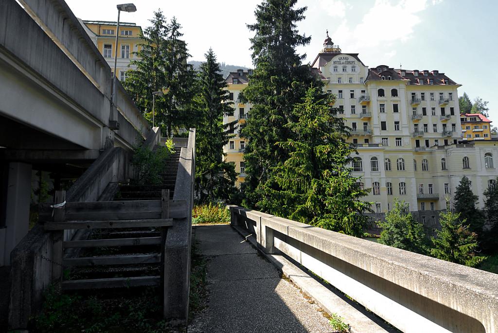 """""""Thermenkongress"""" Rückseite, rechts daneben das """"Grand Hotel de l'Europe"""""""