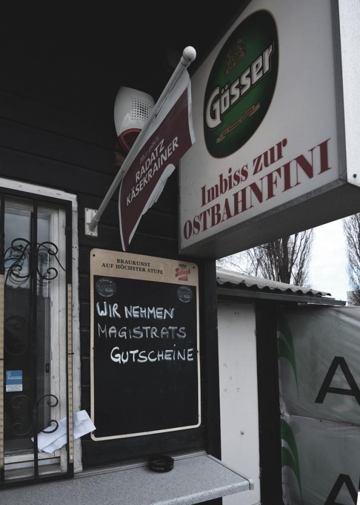 Österreichischer geht es nicht mehr: Bier, Würstl, Tschick, ein Bescheid, und Huldigung der Amtspersonen der Stadt.