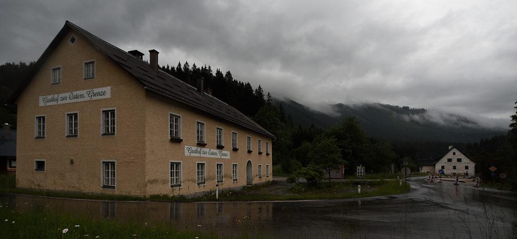 """Im Vordergrund """"Zur Österreichischen Grenze"""", im Hintergrund """"Zur Steirischen Grenze"""""""